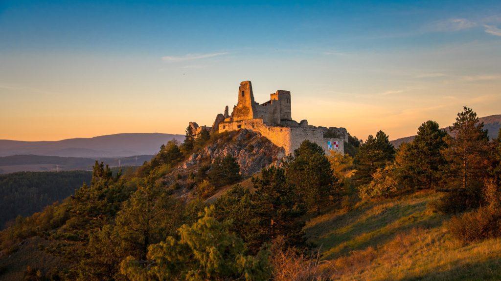 Z čachtického hradu, na kterém kdysi řádila Alžběta Báthoryová, se dochovaly pouze ruiny.