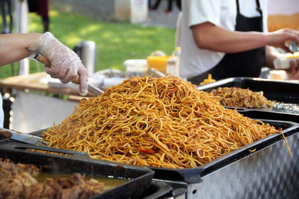 Zásadou je, že jídlo musí být hotové rychle. Žádné dlouhé vaření, vše se nakrájí na kousky a osmahne.