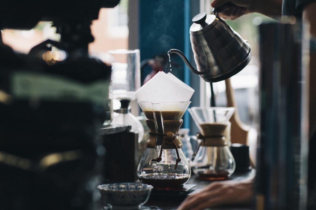 V minulosti byly kavárny centrem kulturního a společenského života.