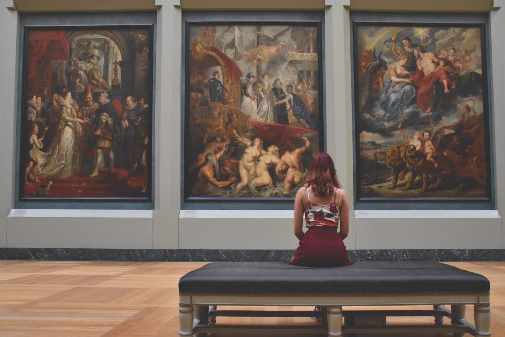 V Louvru je vystaveno přes 35 tisíc exponátů.