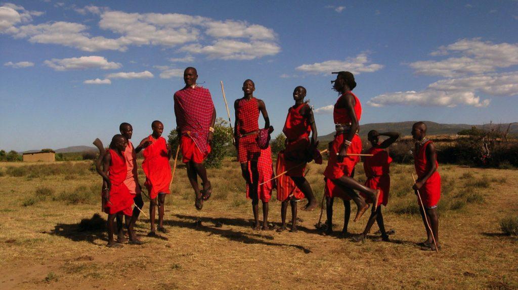 K Masajům neodmyslitelně patří typické tance, při kterých muži vyskakují z místa až metr vysoko.