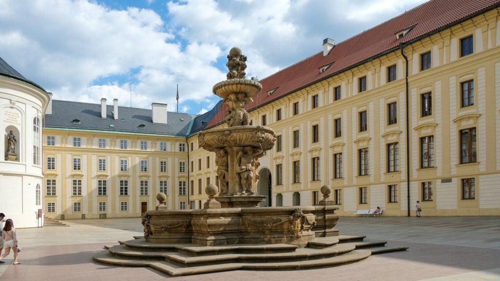 Pražský hrad je největším souvislým komplexem hradních paláců a staveb na světě.