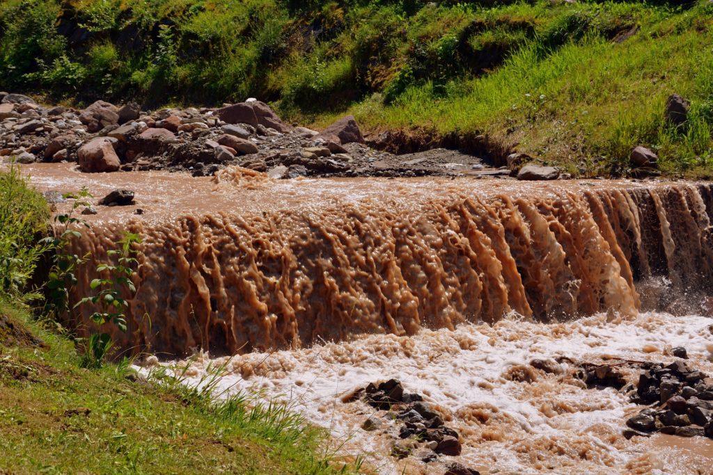 Voda slouží zároveň jako napajedlo dobytka, umyvadlo a vana, pračka, záchod i kohoutek s pitnou vodou.
