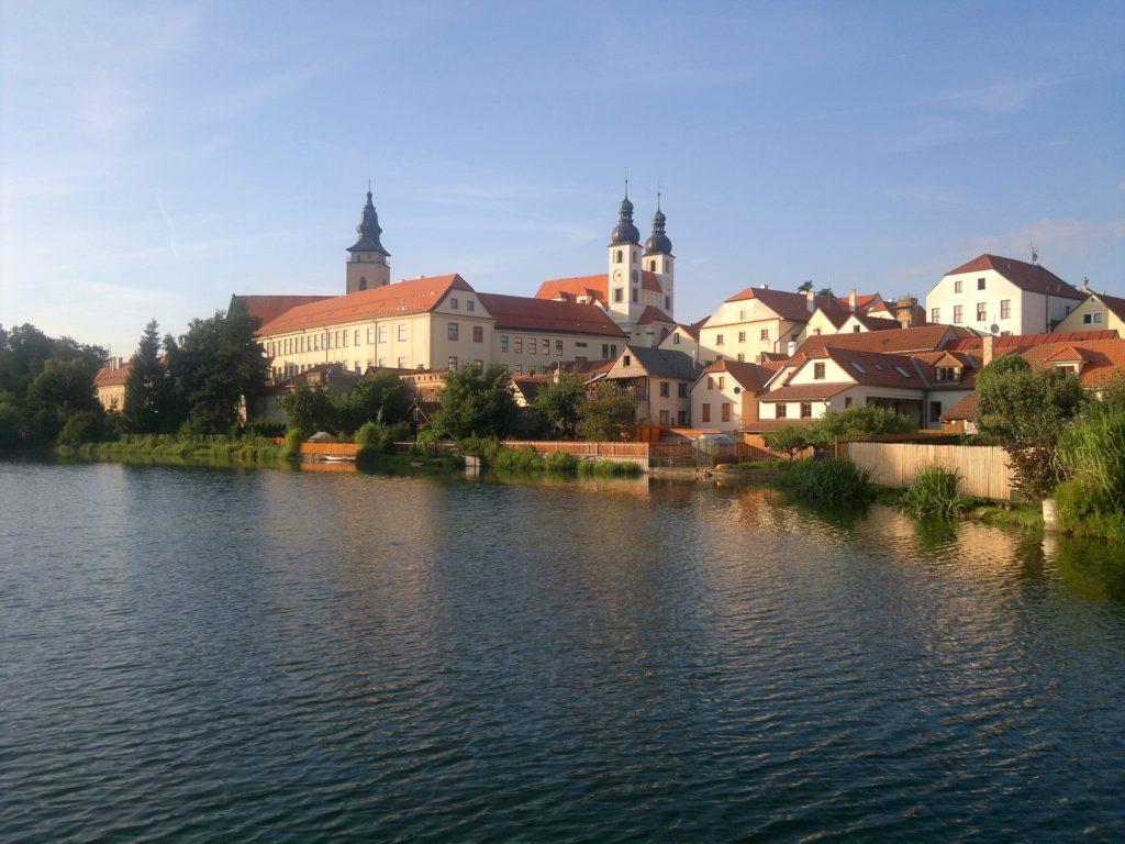 Zdá se, že střed města leží na ostrově. Dojem vytváří tři rybníky obepínající náměstí kolem dokola.