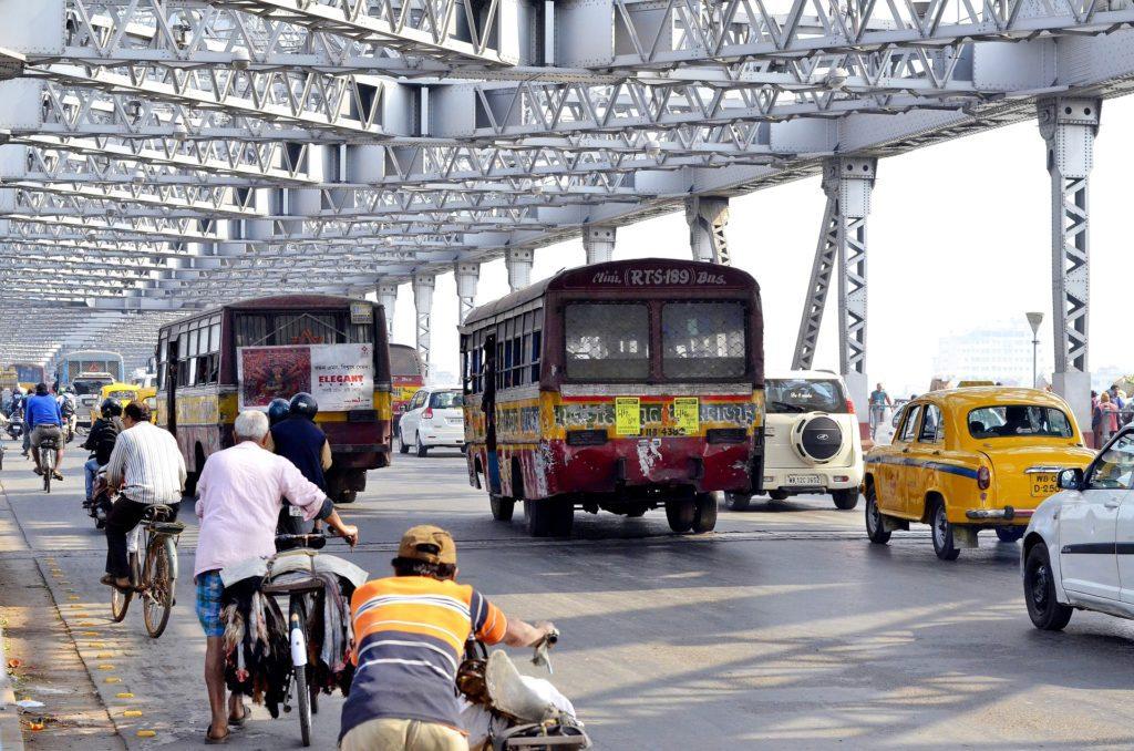 Městská doprava sestává ze směsi prastarých taxíků, ale i docela nových aut, čadících autobusů, hlučných motorek, motajících se krav a telat.