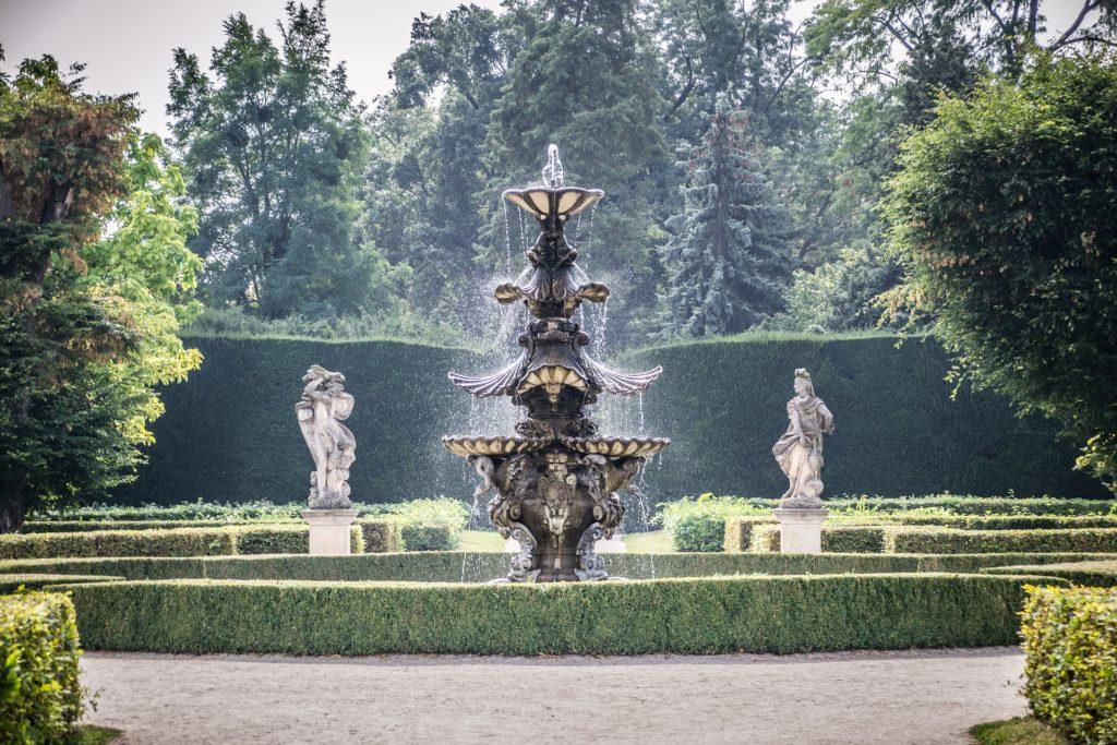 Lednický park je zdoben řadou soch, kašen a fontán.