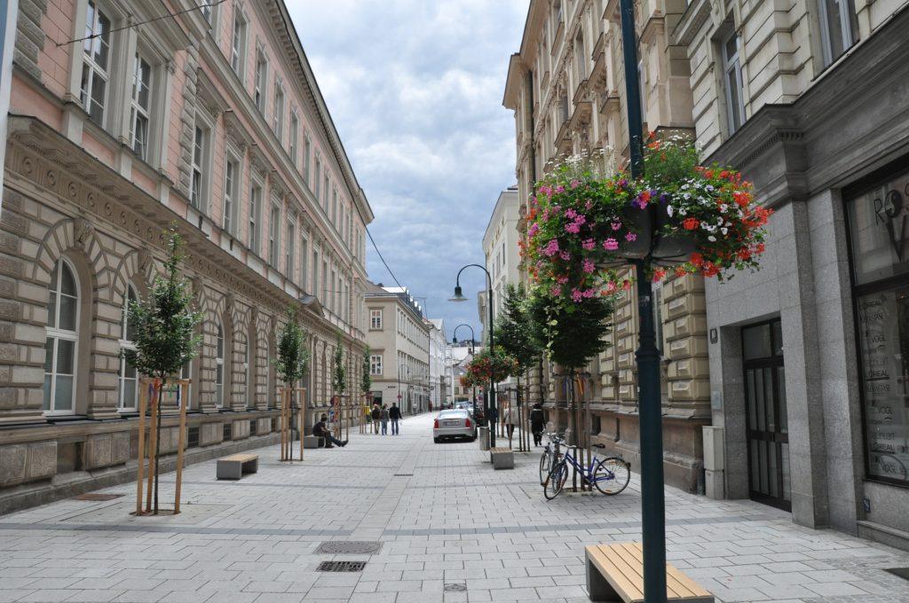 Linec se nachází blízko hranic s Českou republikou a současně je i hlavním městem spolkové země Horní Rakousy.