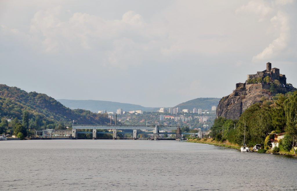 Střekov se nachází na temeni mohutné skály na okraji města Ústí nad Labem.