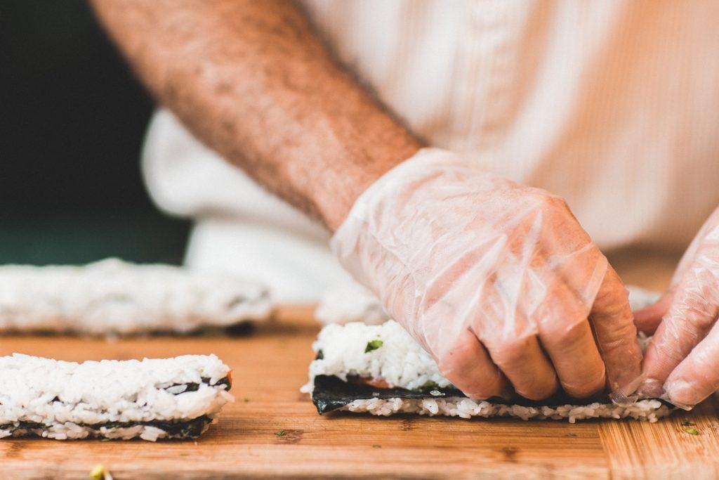 Profesionální šéfkuchař je cvičen v rozpoznání čerstvé ryby – ta nesmí mít nezdravý odstín nebo po vyčištění páchnout.