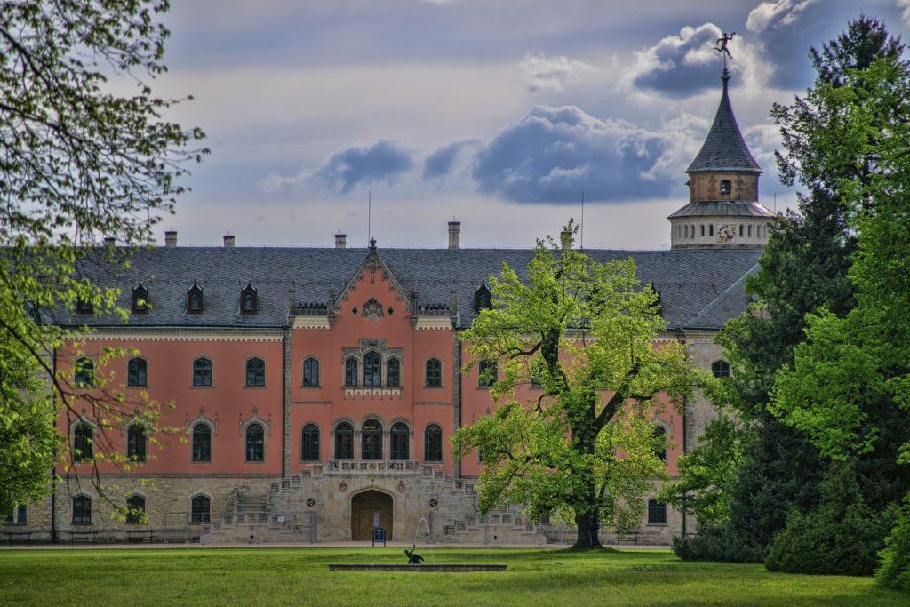 Zámek Sychrov s něžně narůžovělými zdmi a květinovou zahradou je perlou Českého ráje.
