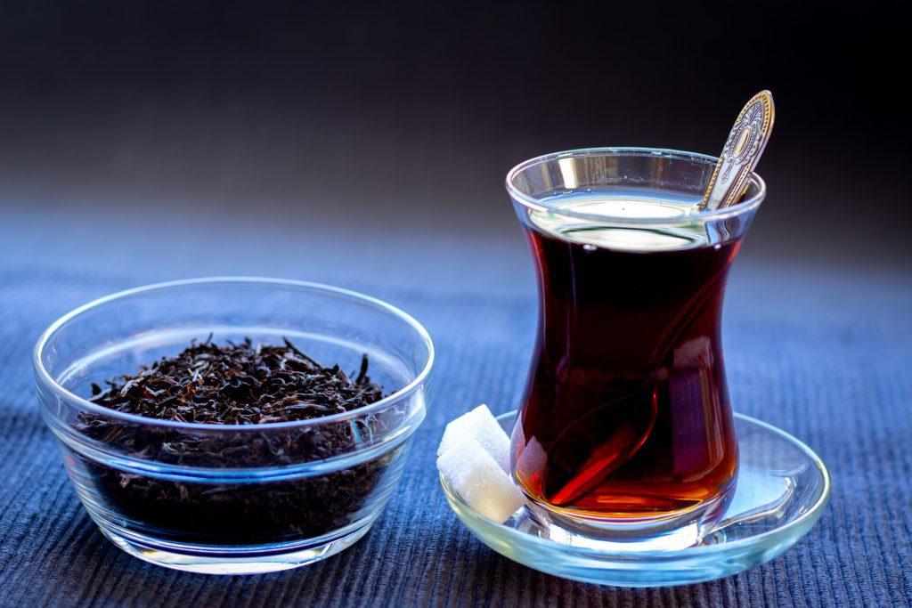 V Turecku se čaj servíruje v malých tulipánových skleničkách.