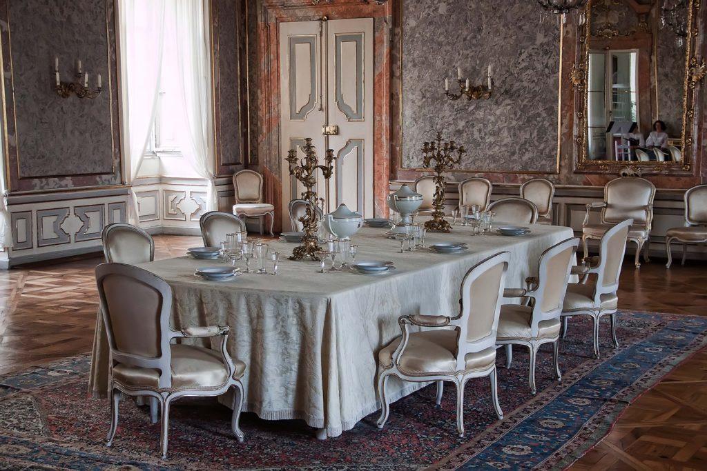 V zámku Valtice je možné projít sedmnáct zpřístupněných místností.