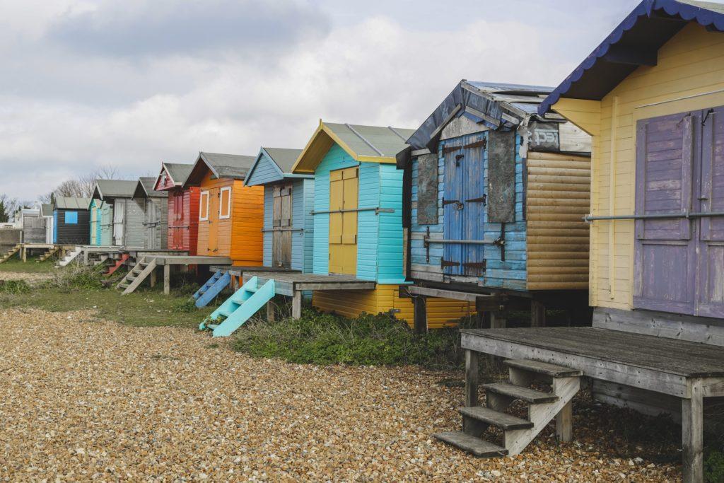 Nekonečná oblázková pláž, podél níž se vine promenáda obestavěná pestrobarevnými dřevěnými domky, voní mořem.