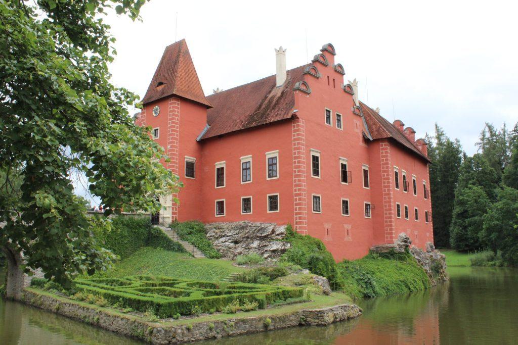 Červená fasáda je tím, díky čemu si zámek Červená Lhota každý pamatuje.