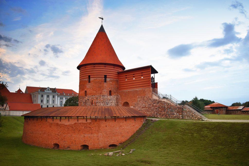 V rámci výletu na hrad lze zhlédnout stálé expozice Městského muzea v Kaunasu.