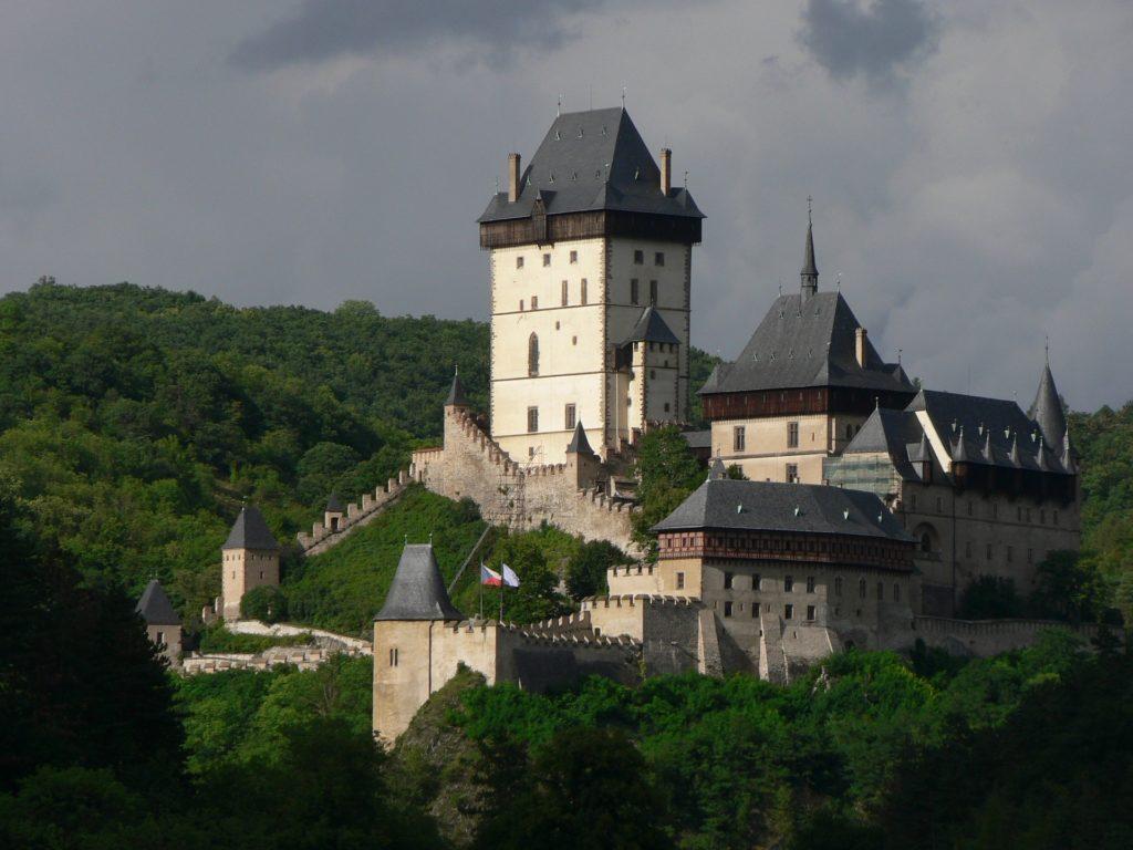 Karlštejn je jedním z nejznámějších a zároveň nejnavštěvovanějších českých hradů.