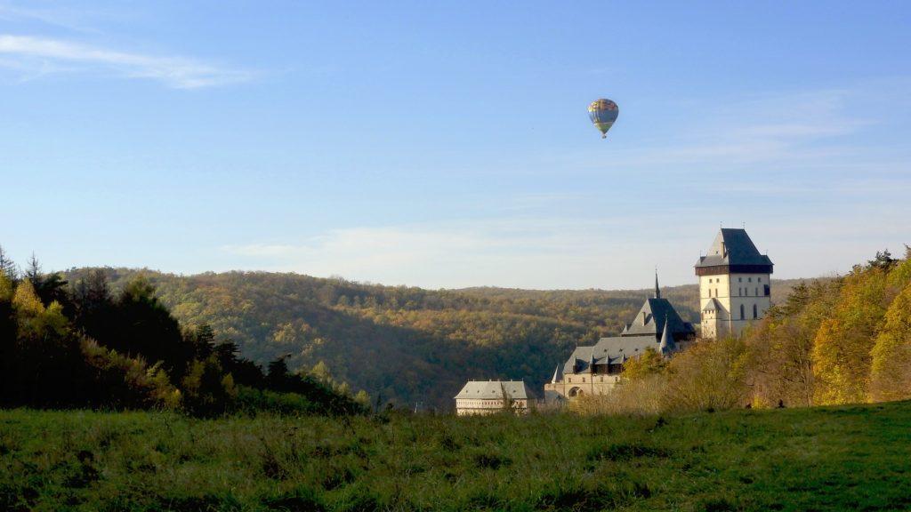 Hrad je obklopen krajinou CHKO Český kras.