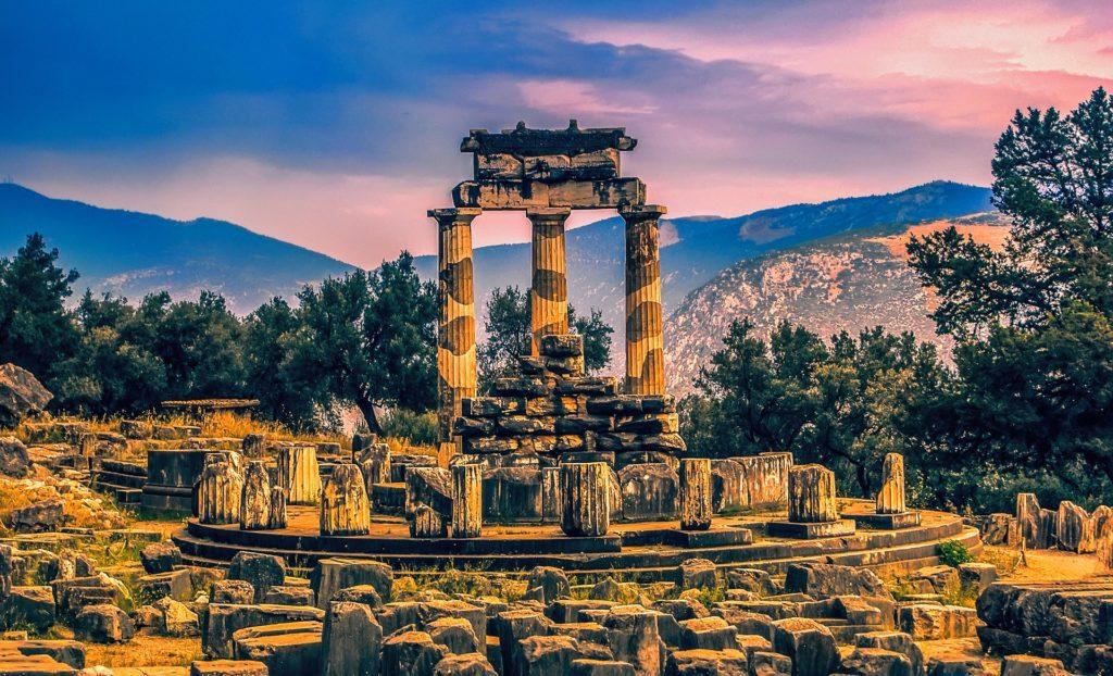 Řecké Delfy. Dříve posvátné místo, dnes významné archeologické naleziště.