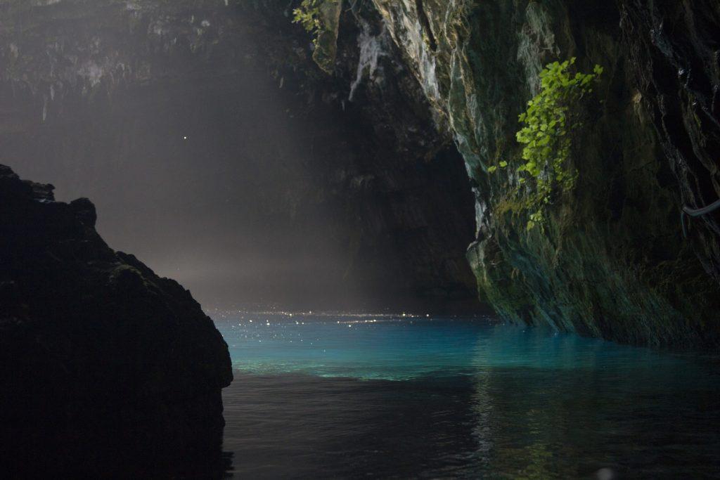 S jeskyní Melissani se pojí legenda o stejnojmenné Nymfě, která se zde údajně utopila kvůli neopětované lásce.