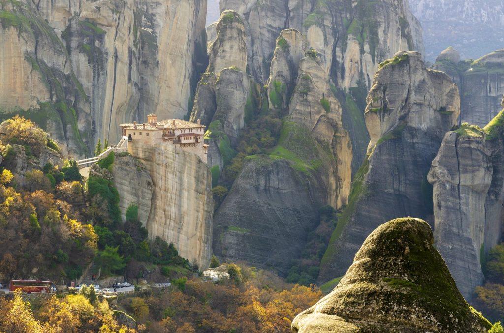 Meteora – ortodoxní kláštery na vrcholku skal v Thesálii.