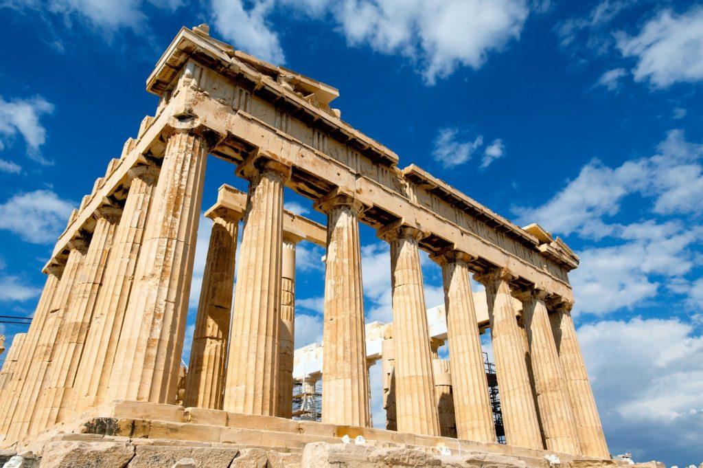 Parthenón – honosná stavba tyčící se na vápencovém skalisku Akropolis.